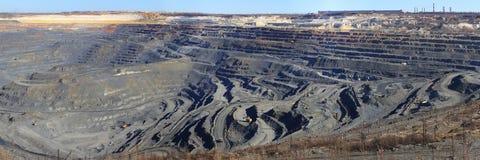Primavera enorme del ruso de Gubkin de mina de mineral de hierro de la mina del panorama Imágenes de archivo libres de regalías