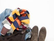 Primavera, equipo de la hembra del otoño Sistema de ropa, de zapatos y de accesorios en el fondo blanco Chaqueta azul del dril de Foto de archivo libre de regalías