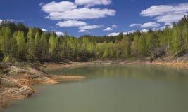Primavera Forest Around el lago en una mina abandonada Fotos de archivo libres de regalías