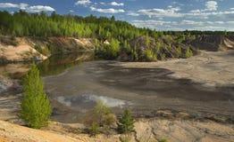 Primavera Forest Around el lago en una mina abandonada Fotos de archivo