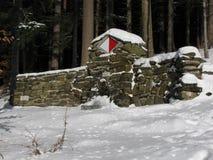 Primavera in foresta coperta di neve Fotografia Stock