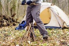 In primavera foresta una tenda con un fuoco a Immagine Stock Libera da Diritti