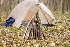 In primavera foresta una tenda con un fuoco a Immagine Stock
