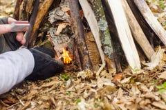 In primavera foresta una tenda con un fuoco a Fotografia Stock
