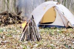 In primavera foresta una tenda con un fuoco a Fotografia Stock Libera da Diritti