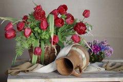 Primavera hermosa, flores en la cesta Imagenes de archivo