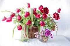 Primavera hermosa, flores en la cesta Fotografía de archivo