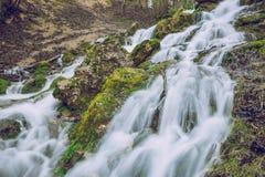 Primavera in Lettonia Cascata di vista in Cesis Immagini Stock