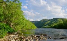 Primavera a lo largo del río amplio francés en las aguas termales Carolina del Norte Imágenes de archivo libres de regalías