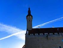 Primavera nella città, cielo blu, Sunlighr luminoso, in Città Vecchia di Tallinn, piazza, primavera nella città jpg fotografia stock