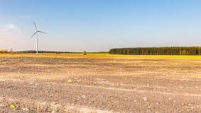 Primavera o paesaggio autunnale con i mulini a vento sui campi Fotografia Stock Libera da Diritti