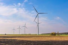 Primavera o paesaggio autunnale con i mulini a vento sui campi Immagine Stock
