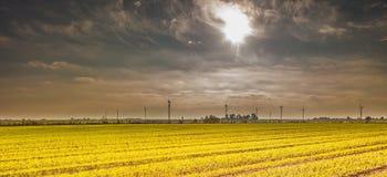 Primavera o paesaggio autunnale con i mulini a vento sui campi Fotografia Stock