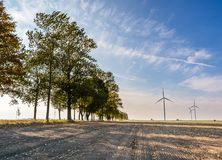 Primavera o paisaje otoñal con los molinoes de viento en campos Imágenes de archivo libres de regalías