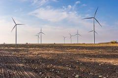 Primavera o paisaje otoñal con los molinoes de viento en campos Fotos de archivo