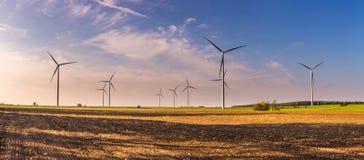 Primavera o paisaje otoñal con los molinoes de viento en campos Foto de archivo libre de regalías