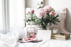 Primavera, scena di natura morta di nozze di estate Modello in bianco della carta di carta, vecchio cuscino di tela e del libro a immagine stock libera da diritti