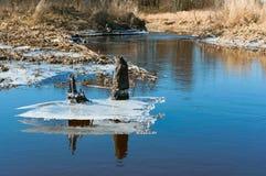 Primavera temprana, el hielo sale los lagos, hielo en la primavera en el río, hielo derretido descendido del lago imagen de archivo