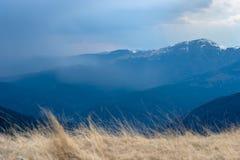 Primavera temprana en las montañas, con los picos todavía cubiertos con nieve Vista panorámica de un paisaje alpino natural en un fotos de archivo libres de regalías