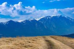 Primavera temprana en las montañas, con los picos todavía cubiertos con nieve Vista panorámica de un paisaje alpino natural en un foto de archivo