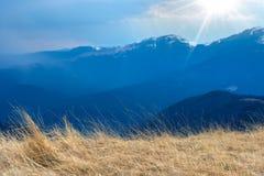 Primavera temprana en las montañas, con los picos todavía cubiertos con nieve Vista panorámica de un paisaje alpino natural en un imagenes de archivo