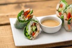 Primavera vietnamita Rolls con la salsa dell'arachide fotografia stock
