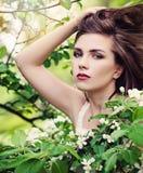 Primavera Young Woman modelo con el peinado que sopla en los flores imagen de archivo