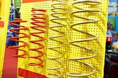 Primaveras de los amortiguadores de choque en tienda de las piezas de automóvil Fotos de archivo libres de regalías