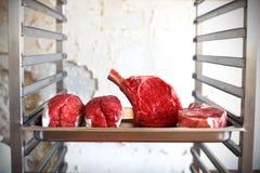 Prime Rib, rohes Rindfleischfleisch an Metzgerei stockfotografie