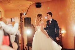 Primeira dança bonita dos noivos imagem de stock royalty free