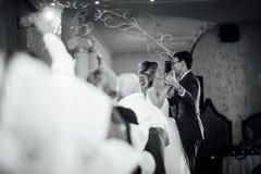 Primeira dança bonita dos noivos fotos de stock royalty free