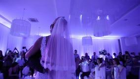 Primeira dança de pares à moda do casamento Noivo considerável e noiva elegante no restaurante vídeos de arquivo