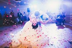 Primeira dança do casamento de pares do recém-casado no restaurante fotografia de stock royalty free