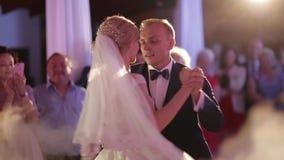 Primeira dança do noivo e da noiva Dança no destaurant Casamento video filme