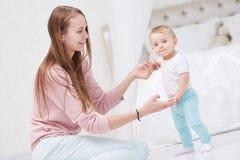 Primeira etapa bebê infantil feliz da mãe e do passeio Imagens de Stock Royalty Free