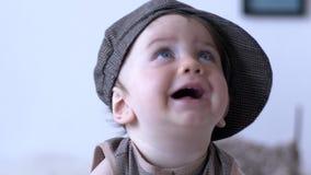 Primeira infância, bebê feliz com olhos azuis e boca aberta no close-up do tampão vídeos de arquivo
