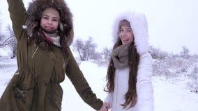 A primeira neve, amigas passa o tempo de lazer na queda de neve no feriado filme