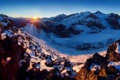Primeira neve em montanhas dos cumes Vista panorâmica majestosa da geleira de Aletsch, a geleira a maior nos cumes na herança do  fotos de stock