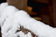 Primeira neve na tabela de madeira imagens de stock