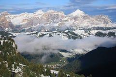 A primeira neve nas dolomites Vista do passo Gardena foto de stock