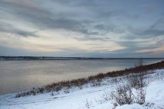 Primeira neve no banco de rio imagens de stock royalty free