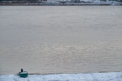 Primeira neve no banco de rio foto de stock