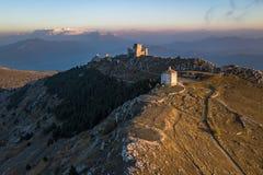 Primeira neve no parque nacional de Gran Sasso: Castelo de Calascio e uma igreja fotos de stock