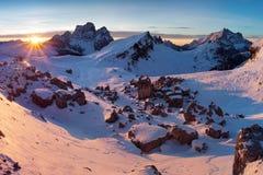 Primeira neve nos cumes Nascer do sol fantástico nas montanhas das dolomites, Tirol sul, Itália no inverno Dolomites alpinas ital fotografia de stock