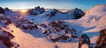 Primeira neve nos cumes Nascer do sol fantástico nas montanhas das dolomites, Tirol sul, Itália no inverno Dolomites alpinas ital imagem de stock