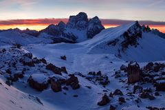 Primeira neve nos cumes Nascer do sol fantástico nas montanhas das dolomites, Tirol sul, Itália no inverno Dolomites alpinas ital foto de stock