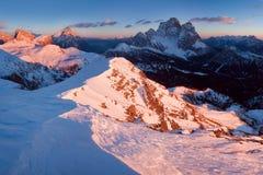 Primeira neve nos cumes Nascer do sol fantástico nas montanhas das dolomites, Tirol sul, Itália no inverno Dolomites alpinas ital fotos de stock