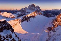 Primeira neve nos cumes Nascer do sol fantástico nas montanhas das dolomites, Tirol sul, Itália no inverno Dolomites alpinas ital imagem de stock royalty free