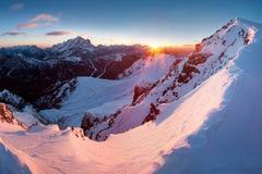 Primeira neve nos cumes Nascer do sol fantástico nas montanhas das dolomites, Tirol sul, Itália no inverno Dolomites alpinas ital fotografia de stock royalty free
