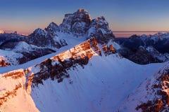 Primeira neve nos cumes Nascer do sol fantástico nas montanhas das dolomites, Tirol sul, Itália no inverno Dolomites alpinas ital fotos de stock royalty free